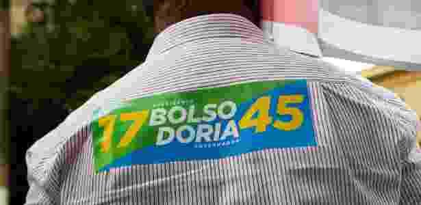 """Adesivo """"Bolsodoria"""" colado em camisa de militante de João Doria em Campinas, SP - Maycon Soldan/Fotoarena/Estadão Conteúdo"""