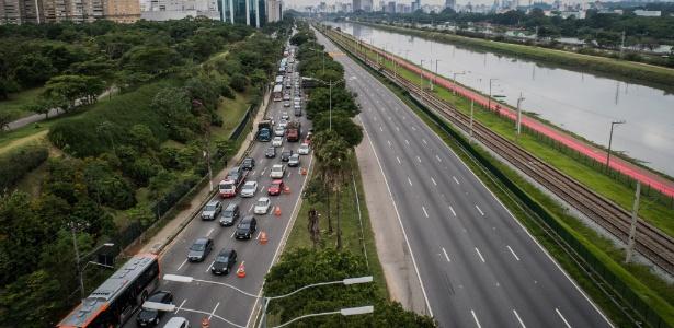 Trânsito na marginal Pinheiros, em São Paulo, causado pela interdição da pista expressa devido à queda parcial de um viaduto - Bruno Santos/ Folhapress