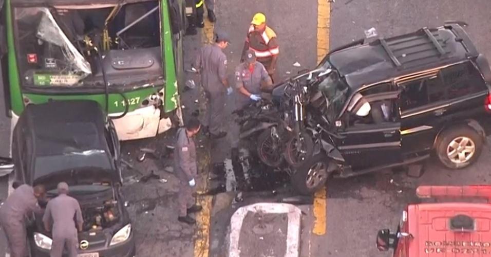 f55f4cc84ac48 22.nov.2018 - Bombeiros atendem ocorrência de colisão envolvendo carro,  ônibus e