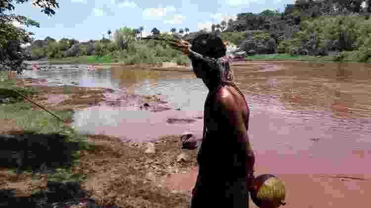 Cacique Hayô observa o rio Paraopeba, tomado pela lama do rompimento da barragem - Diego Toledo/UOL