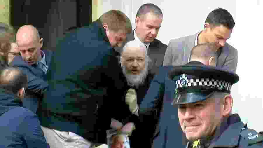 Fundador do WikiLeaks, Julian Assange, durante prisão na embaixada do Equador em Londres - Reprodução/Ruptly