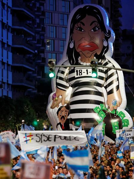 24.out.2019 - Boneco gigante acusa a chapa de Cristina Kirchner, na vice, e Alberto Fernández de corrupção em campanha pró-Mauricio Macri em Córdoba - Carlos Garcia Rawlins/Reuters