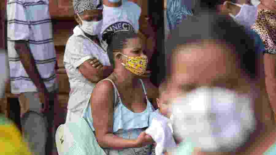 29/04/2020 - Pessoas usando máscaras de proteção formam enorme fila em frente à agência da Caixa em PE - Bruno Campos/JC Imagem/Estadão Conteúdo