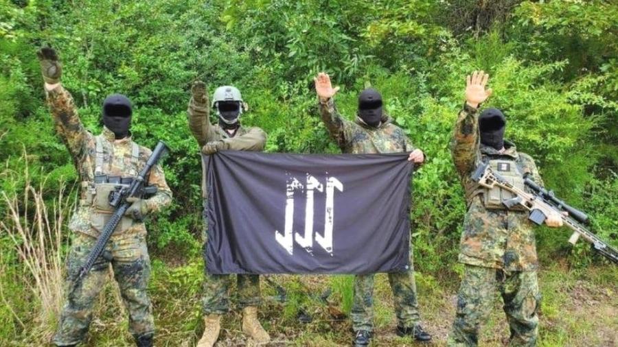 """Integrantes do """"A Base"""" posam para fotos usadas como propaganda - Divulgação"""