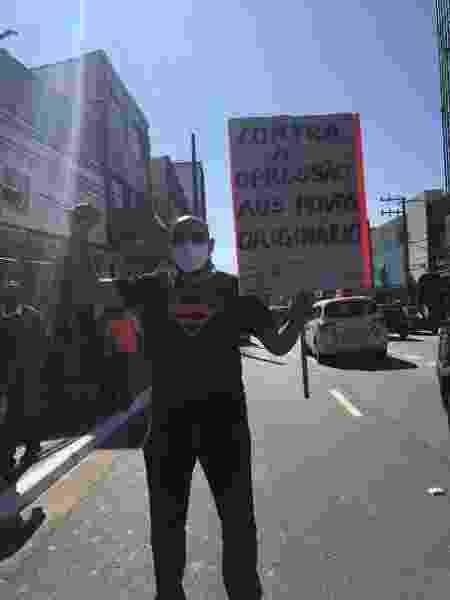 Manifestante com placa contra o racismo - Luís Adorno/UOL - Luís Adorno/UOL