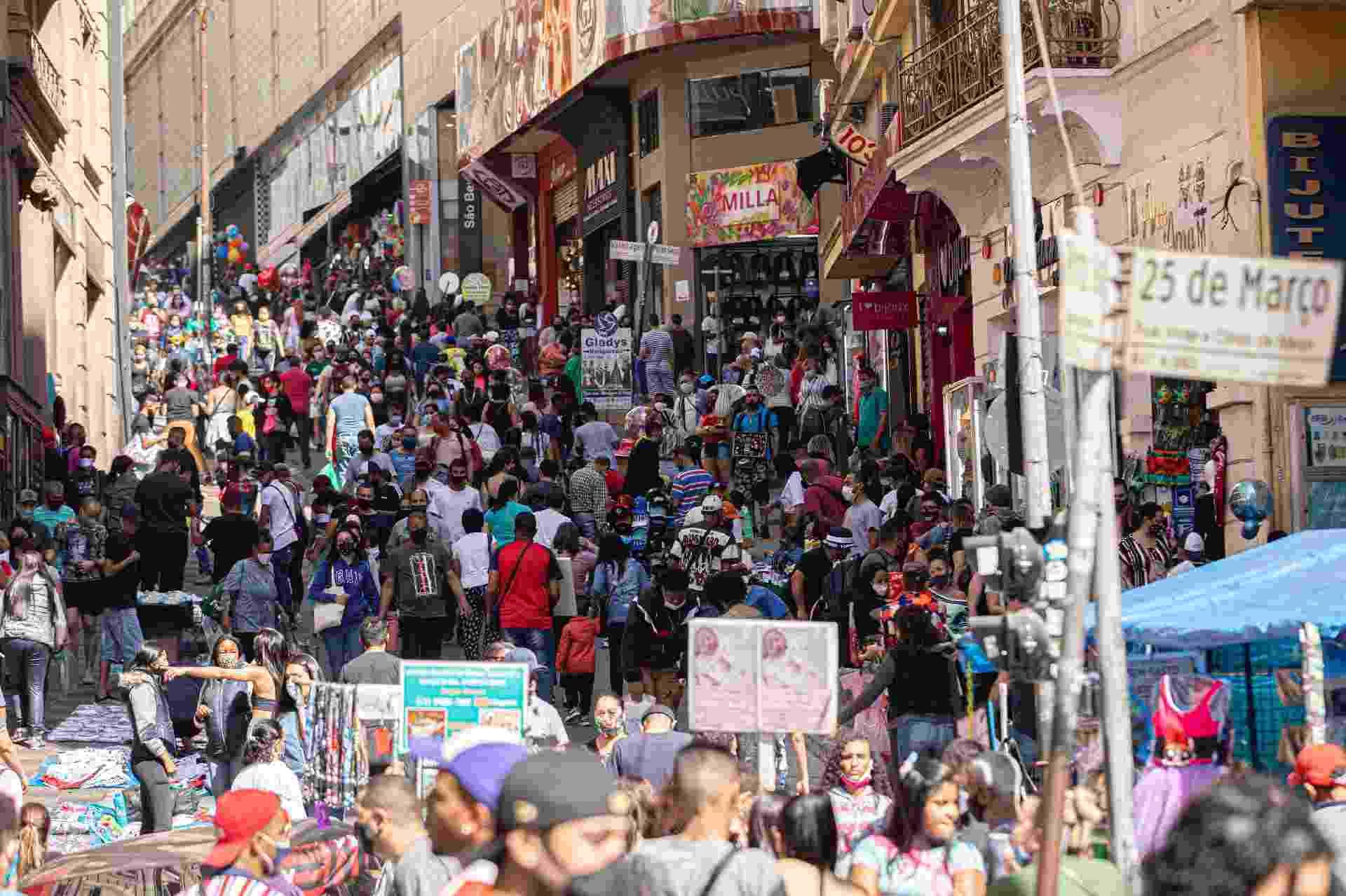 08.ago.2020 - A 25 de Março, uma das principais rua de comércio de São Paulo, ficou cheia neste sábado. Muita gente foi ao local na busca de um presente para o dia dos pais - BRUNO ROCHA/FOTOARENA/FOTOARENA/ESTADÃO CONTEÚDO