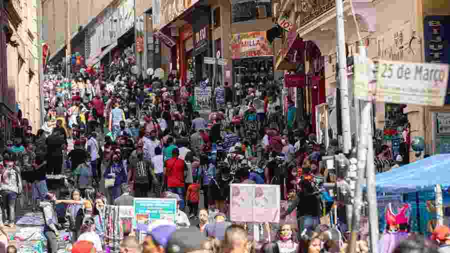 Movimento na rua 25 de Março, em São Paulo; no comércio, confiança do empresário aumento em 100% dos segmentos - BRUNO ROCHA/FOTOARENA/FOTOARENA/ESTADÃO CONTEÚDO