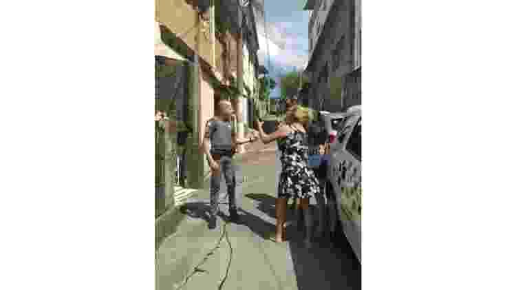 Filmado pelo celular de um familiar, o sangue de Igor corre na rua enquanto sua mãe fala com um policial - Família Rocha - Família Rocha