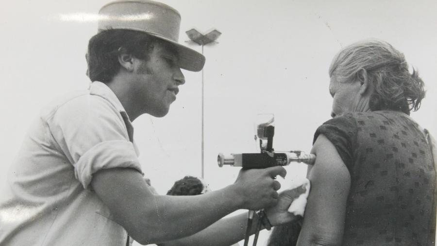 Pistolas de vacinação foram usadas no Brasil em campanhas nacionais de saúde - Museu de Saúde Pública Emílio Ribas