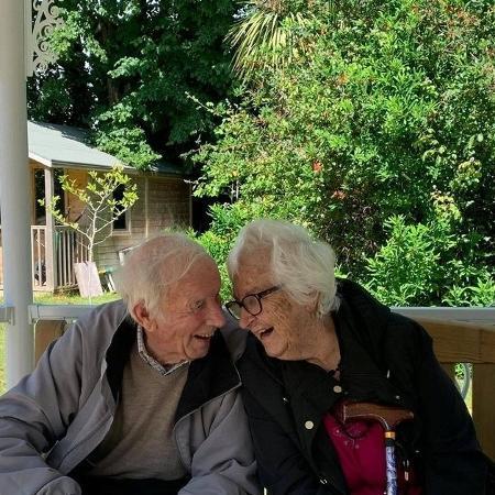 Sadie e Roger Bulley passaram três meses afastados e, no dia do reencontro, foram vacinados contra Covid-19 - Divulgação/Dave Bulley
