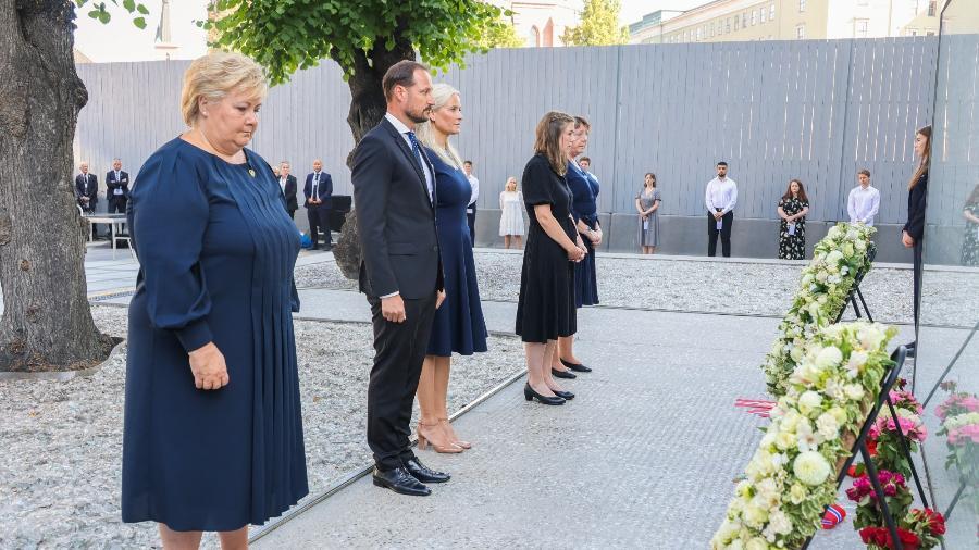 """""""O ódio não pode ficar sem resposta"""", afirmou a primeira-ministra norueguesa, Erna Solberg, durante a primeira homenagem do dia - Geir Olsen/NTB/AFP"""