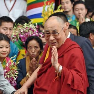 Resultado de imagem para Dalai Lama chega para a turnê nos EUA