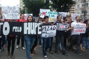 1º.dez.2015 - Grupo de médicos residentes, formandos e alunos realizam protesto em frente à Uerj representando o Hospital Pedro Ernesto