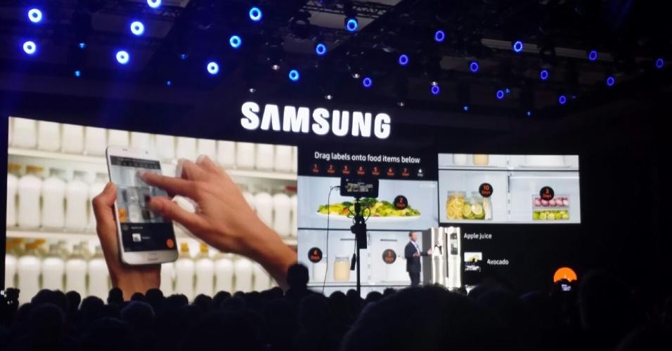 5.jan.2016 - Samsung apresenta adaptador que torna TV o controle de eletrodomésticos de toda a casa durante CES 2016, em Las Vegas