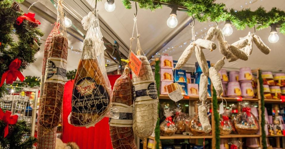 Compras de Natal. Salsichas defumadas e carnes curadas num mercado de natal em Estocolmo. Com a aproximação das festas, os mercados de Natal pelo mundo vendem produtos artesanais e presentes para comer