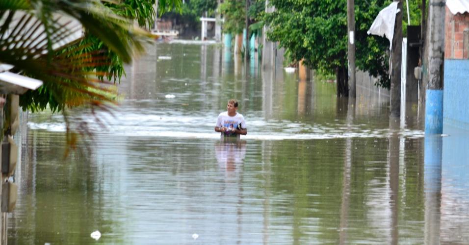 16.jan.2016 - Chuva causa alagamento no Bairro Jardim Catarina em São Gonçalo (RJ)