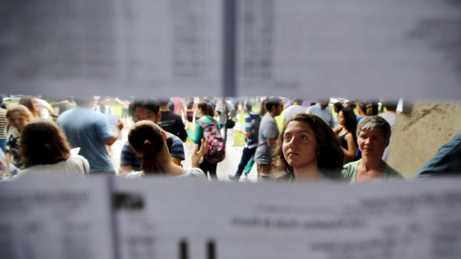 12.jan.2016 - Estudante procura o nome na entrada de vestibular para a USP (Universidade de São Paulo) com o sonhor de ingressar no ensino superior - Paulo Whitaker/Reuters