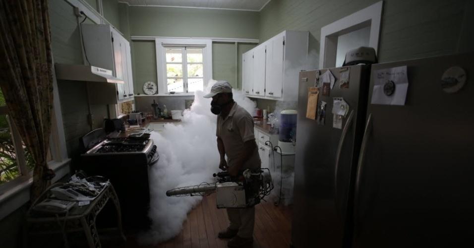 28.jan.2016 - Funcionário do Ministério da Saúde usa uma solução de inseticida para combater o Aedes aegypti, mosquito causador da dengue, zika e chikungunya,na cidade do  Panamá, capital panamenha. As autoridades confirmaram 42 casos de zika no país