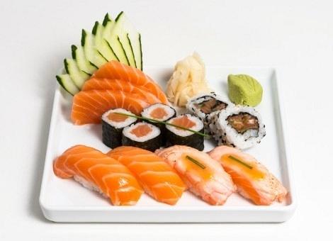 A Marmotex é um site que atua com a entrega de marmitas para escritórios. Ela não faz entrega individual, mas sim para grupos. Na foto, combo de comida japonesa com niguiri, hossomaki, uramaki  e sashimi de salmão; preço: R$ 35