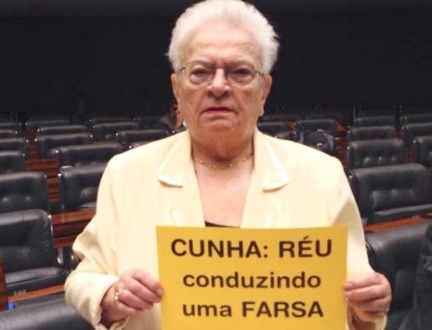 16.abr.2016 -  A deputada Luiza Erundina (PSOL-SP) exibe cartaz contra o presidente da Câmara, Eduardo Cunha