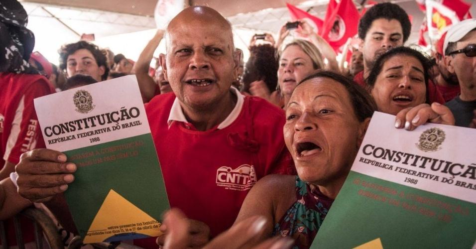 16.abr.2016 - Exemplares da Constituição brasileira são distribuídos em acampamento anti-impeachment da presidente Dilma Rousseff em Brasília (DF)