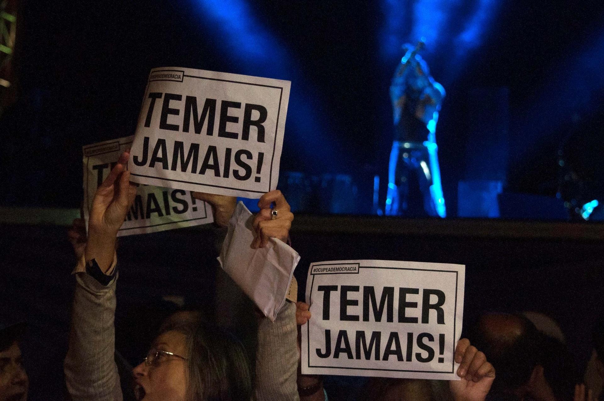 21.mai.2016 - Público protesta contra o presidente interino Michel Temer durante show do cantor Ney Matogrosso no palco Júlio Prestes, durante a Virada Cultural 2016, em São Paulo (SP)
