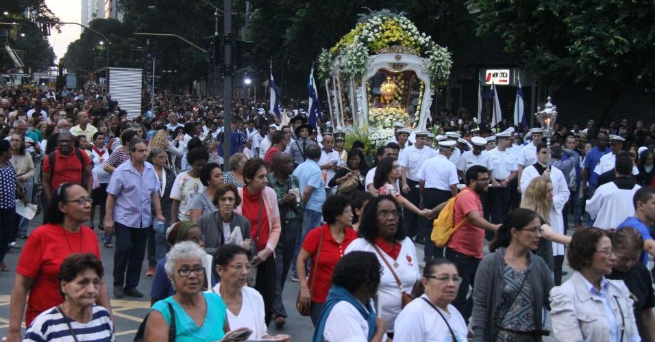 26.mai.2016 - Fieis participam da procissão de Corpus Christi e seguem da Igreja da Candelária, pela rua Antonio Carlos, até a Arquidiocese na rua Chile, centro do Rio de Janeiro (RJ)