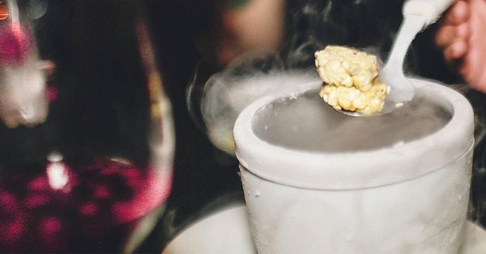 O chef Fábio Mattos e o seu sócio Luccas Soares criaram a Bapho de Dragão, pipoca caramelizada congelada a -196ºC em nitrogênio líquido