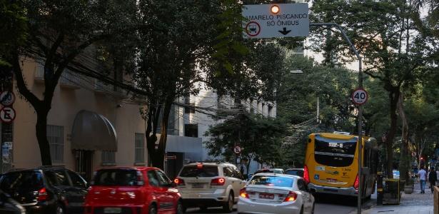Faixa exclusiva de ônibus na alameda Santos causou trânsito neste domingo