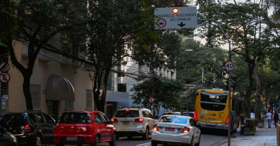 10.jul.2016 - Faixa exclusiva de ônibus na Alameda Santos é inaugurada neste domingo (10), na região da Avenida Paulista, em São Paulo. As novas faixas à direita serão implantadas sempre que a Avenida Paulista estiver interditada para carros, como em dias de protestos ou aos domingos, quando a via é fechada para o tráfego de veículos