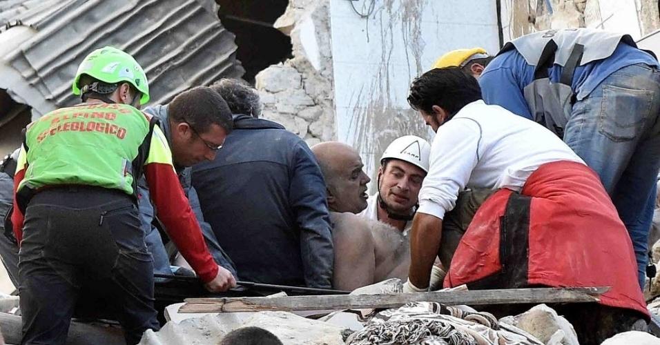 24.ago.2016 - Equipes de resgate retiram um homem de escombros após o terremoto que atingiu Amatrice, na Itália. O incidente deixou dezenas de mortos e feridos