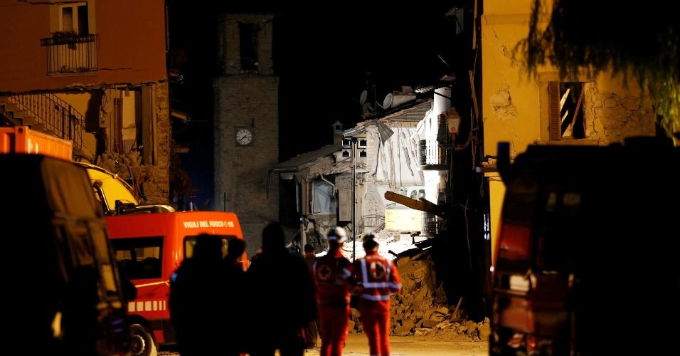 26.ago.2016 - Equipes de resgate varam a noite em busca de sobreviventes do terremoto que matou centenas de pessoas em Amatrice, região central da Itália