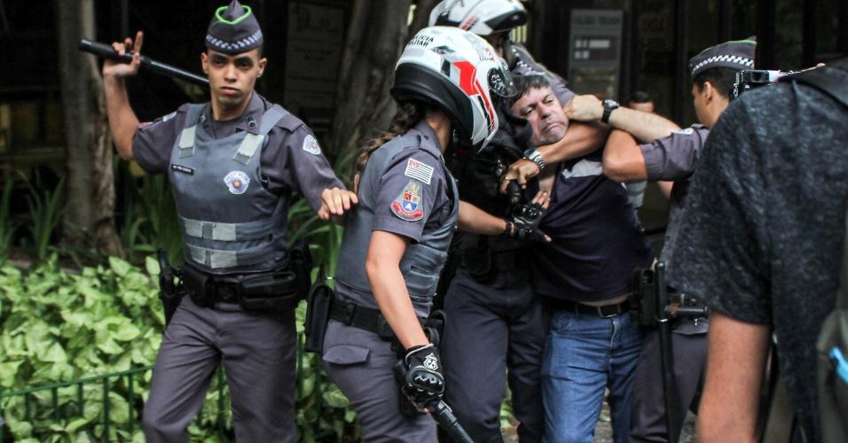 11.set.2016 - Manifestante é detido por policiais militares durante ato contra o governo do presidente Michel Temer na Avenida Paulista, na região central de São Paulo