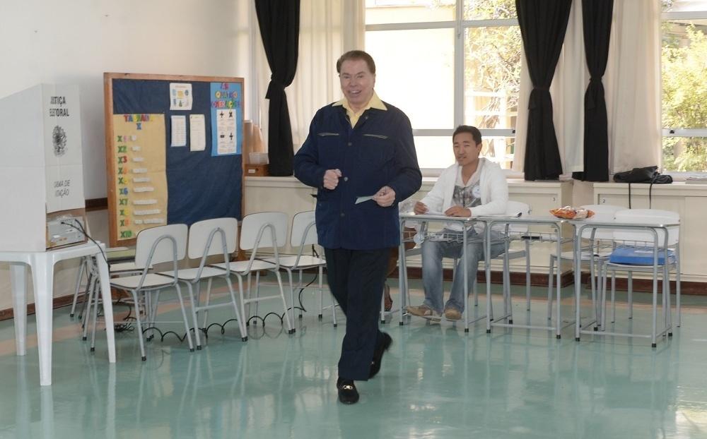 2.out.2016 ? Dono do SBT, Silvio Santos votou por volta das 14h30, em uma escola de São Paulo. O apresentador esteve acompanhado de sua mulher, Íris Abravanel. Na saída, aproveitou para tirar