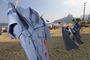 ONG Rio de Paz faz ato na praia de Ipanema contra a morte de PMs