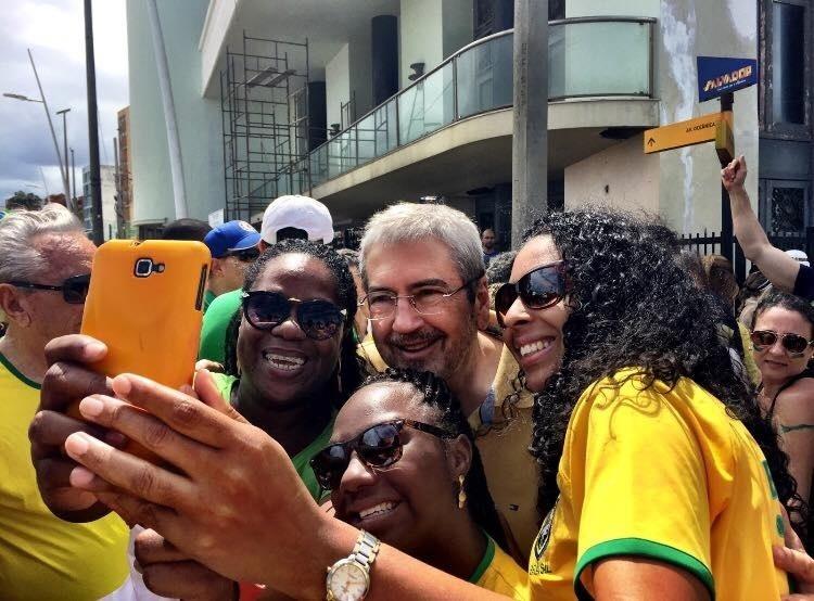 13.dez.2016 - Citado na delação de ex-executivo da Odebrecht, o deputado Antonio Imbassahy (PSDB-BA) participou em Salvador de manifestação contra a corrupção em março de 2016