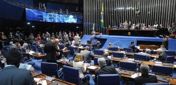 Parlamentares em sessão no plenário do Senado