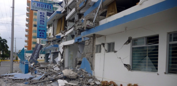 Hotel é danificado após terremoto de 5,8 graus atingir o litoral noroeste do Equador, na província de Esmeraldas