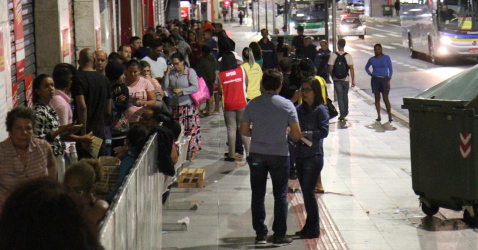 6.jan.2017 - Clientes formam fila em frente a loja do Magazine Luiza em Campinas (SP) nesta sexta-feira (6). O Procon também esteve no local, acompanhando as vendas
