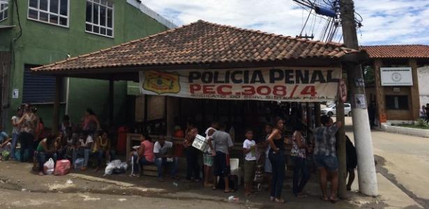 Parentes de presos formam fila na porta do Complexo Penitenciário de Bangu, no Rio