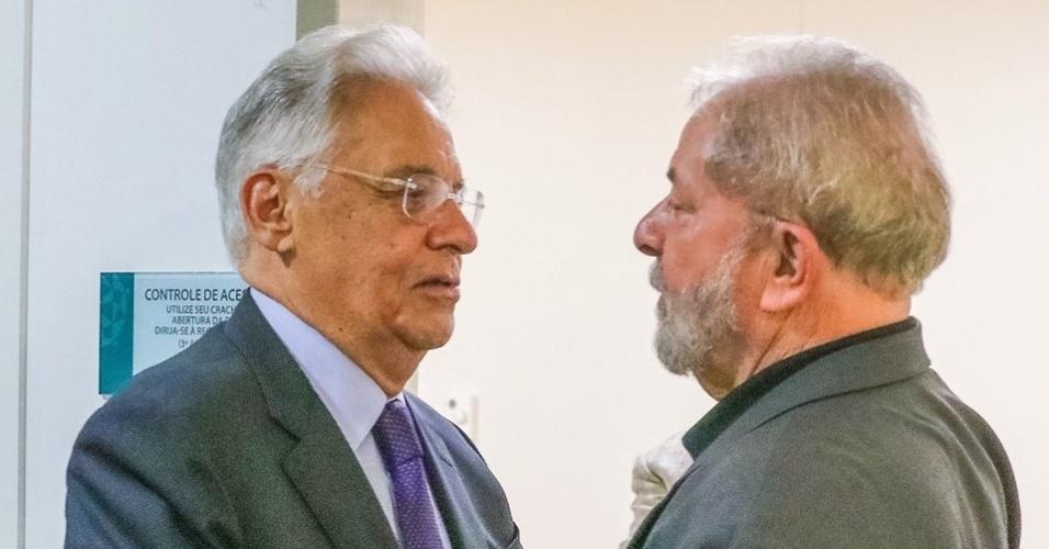02.fev.2017 - Ex-presidente FHC (e) presta visita de solidariedade ao também ex-presidente Lula pela morte da ex-primeira dama Marisa Letícia Lula da Silva