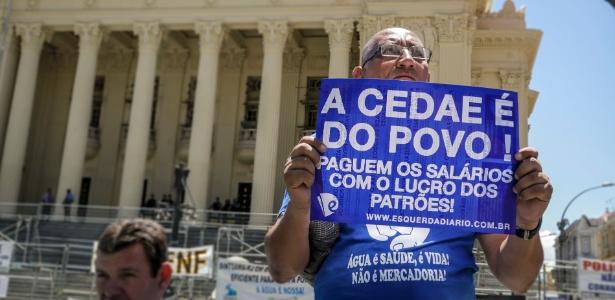 14.fev.2017 - Servidor protesta em frente à Alerj (Assembleia Legislativa do Rio de Janeiro) contra a venda da Cedae