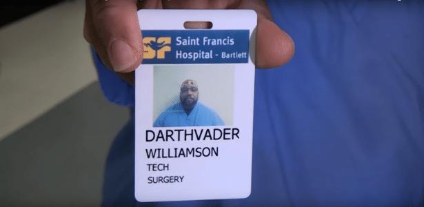 Técnico mostra crachá com seu nome: Darthvader Willamson