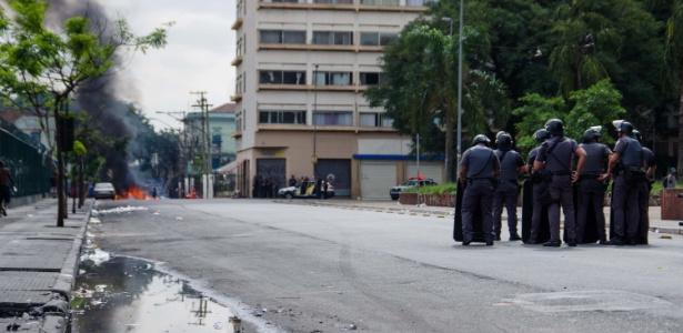 10.mai.2017 - Ação da Polícia Militar e Guarda Civil na Cracolândia, Centro de São Paulo (SP), nesta quarta-feira (10). Um grupo de moradores fizeram barricadas para evitar a aproximação
