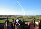 Kim Jong-un supervisiona testes de novo sistema de defesa antiaérea (Foto: KCNA/Reuters)