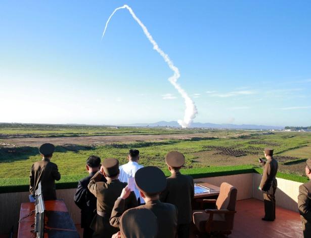 O ditador norte-coreano, Kim Jong-un, observa teste de um novo tipo de defesa antiaérea, em foto divulgada pela agência estatal de notícias
