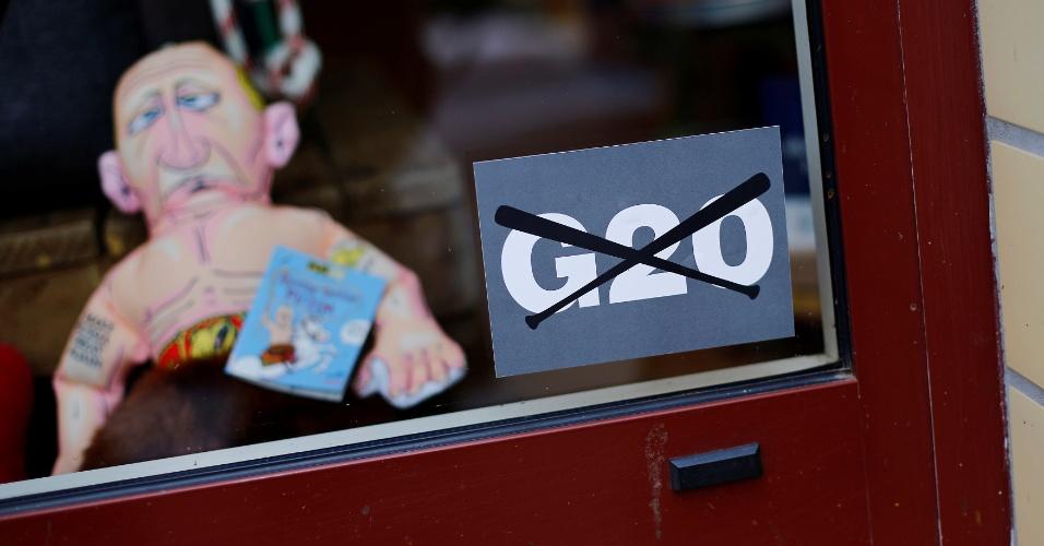 3.jul.2017 - Vitrine de loja coloca cartaz contra o G20, no bairro de Karolinen, em Hamburgo, na Alemanha