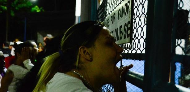 24.jul2017 - Mulher grita em frente ao CDP de Pinheiros, zona oeste da capital paulista, em busca de informações sobre parente após rebelião