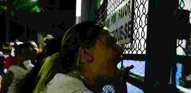 24.jul2017 - Mulher grita em frente ao CDP de Pinheiros, zona oeste da capital paulista, em busca de informações sobre parente após rebelião - Ronaldo Silva/Futura Press/Folhapress
