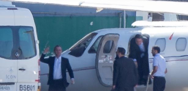 Joesley acena ao chegar a Brasília para prestar depoimento